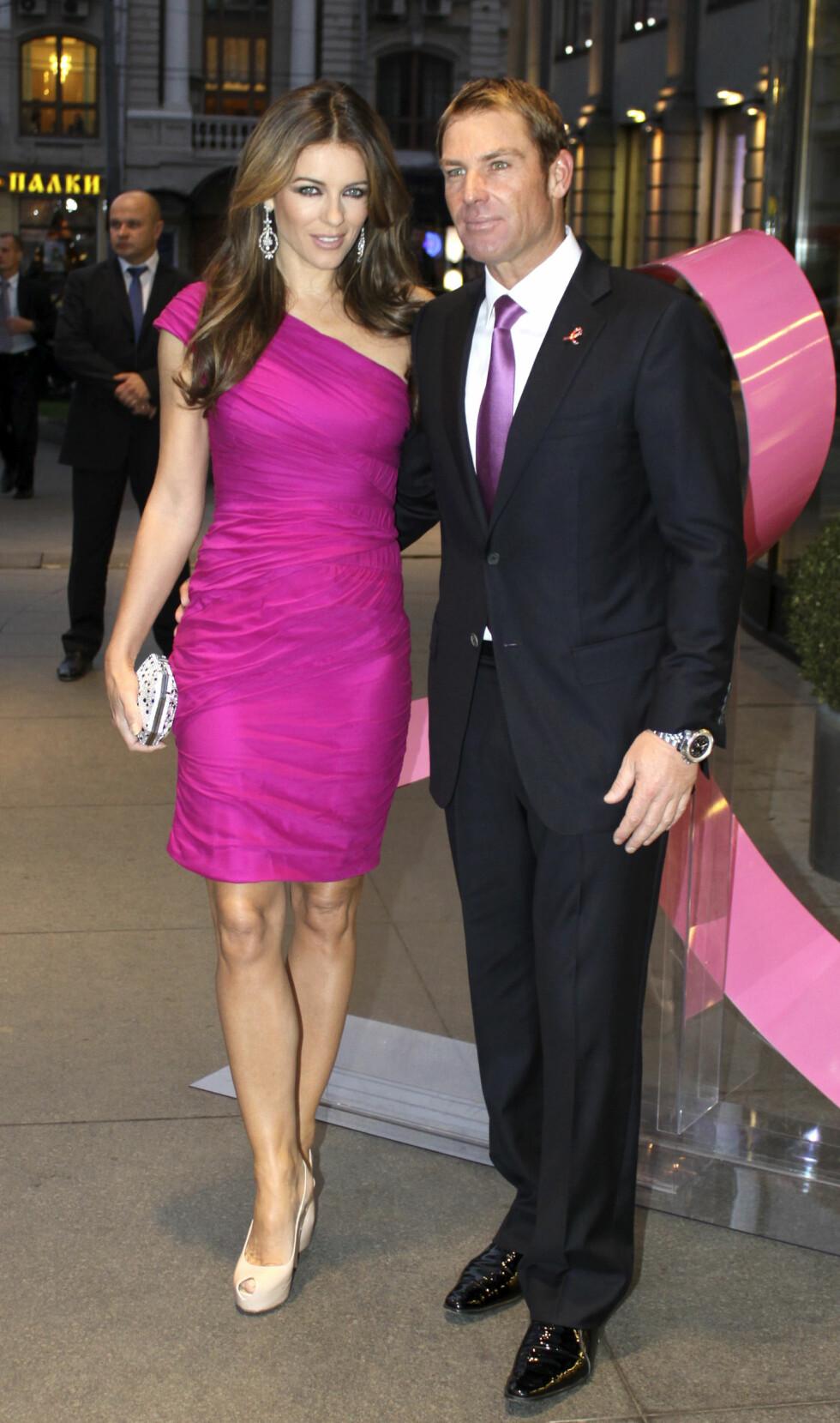 2011: Elizabeth Hurley forlovet seg med cricket-spiller Shane Warne. Foto: Reuters