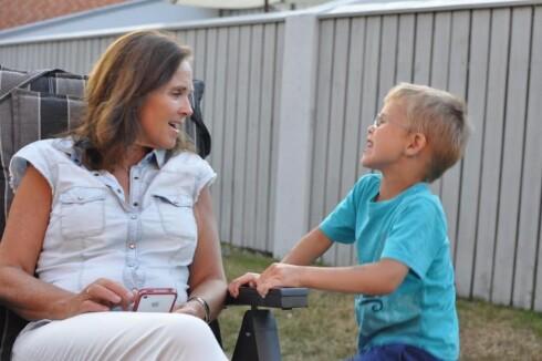 EN EKTE ATTPÅSKATT: Hilde (54) med sønnen Herman (8). (Tatt i fjor sommer.) Foto: Privat