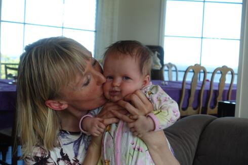 KOSER SEG MED BABY: - Jeg nyter tiden med Helene, sier Marianne til KK.no Foto: Merete Sillesen