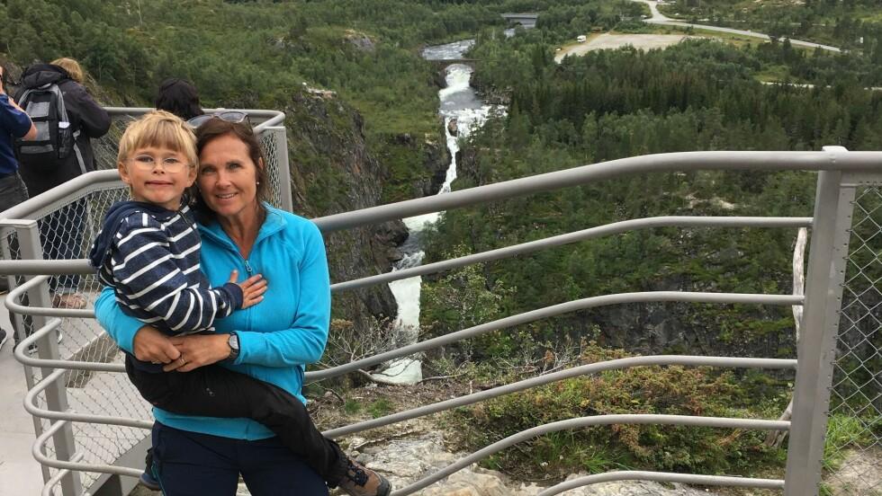 MAMMA I VOKSEN ALDER: Hilde (54) med Herman (8) ved Vøringsfossen i fjor sommer. Foto: Privat