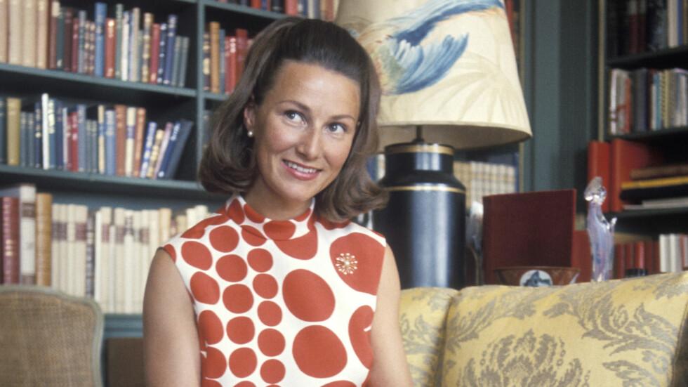 DRONNING SONJA: Vår alles kjære dronning Sonja fyller 80 år 4. juli 2017. Dette bildet er tatt på Skaugum den 16. juni 1969. Da var hun 32 år og ikledd en moteriktig Marimekko-kjole. Både motesansen og sitt blide vesen har dronningen beholdt i alle år. Vi gratulerer med jubileet! Foto: NTB Scanpix