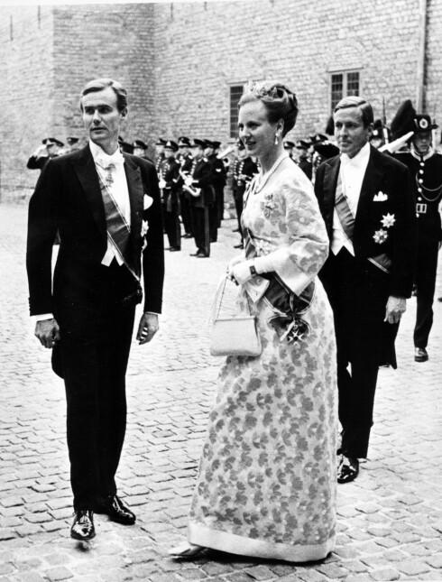 GIFT I ETT ÅR: Kronprinsesse Margrethe og prins Henrik var gjester da norske kronprins Harald giftet seg med Sonja Haraldsen i 1968. Da hadde de selv vært gift i ett år. Her fra da regjeringen holdt gallamiddag på Akershus.Til høyre: prins Claus av Nederland. Foto: NTB Scanpix