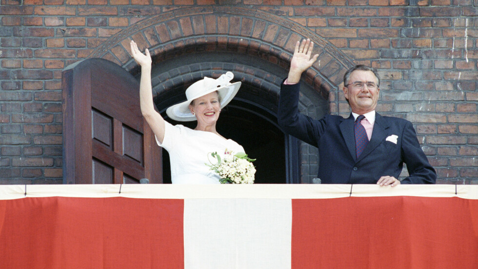 DRONNING MARGRETHE OG PRINS HENRIK: Den 10. juni 1992 feiret dronning Margrethe og prins Henrik sølvbryllup. Her er de på Rådhuset i København og vinker til folket. Foto: NTB Scanpix