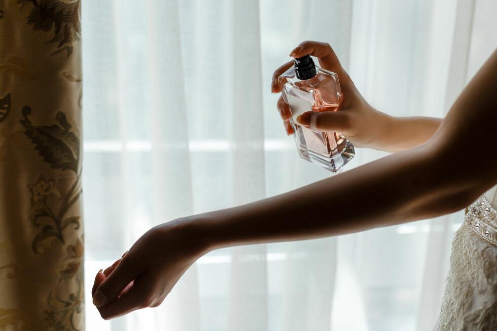 TEST PARFYMEN PÅ HUDEN: Det er ikke alle parfymer som passer hudtypen din. Men det kan du finne ut av ved å testen den på huden. Foto: NTB scanpix
