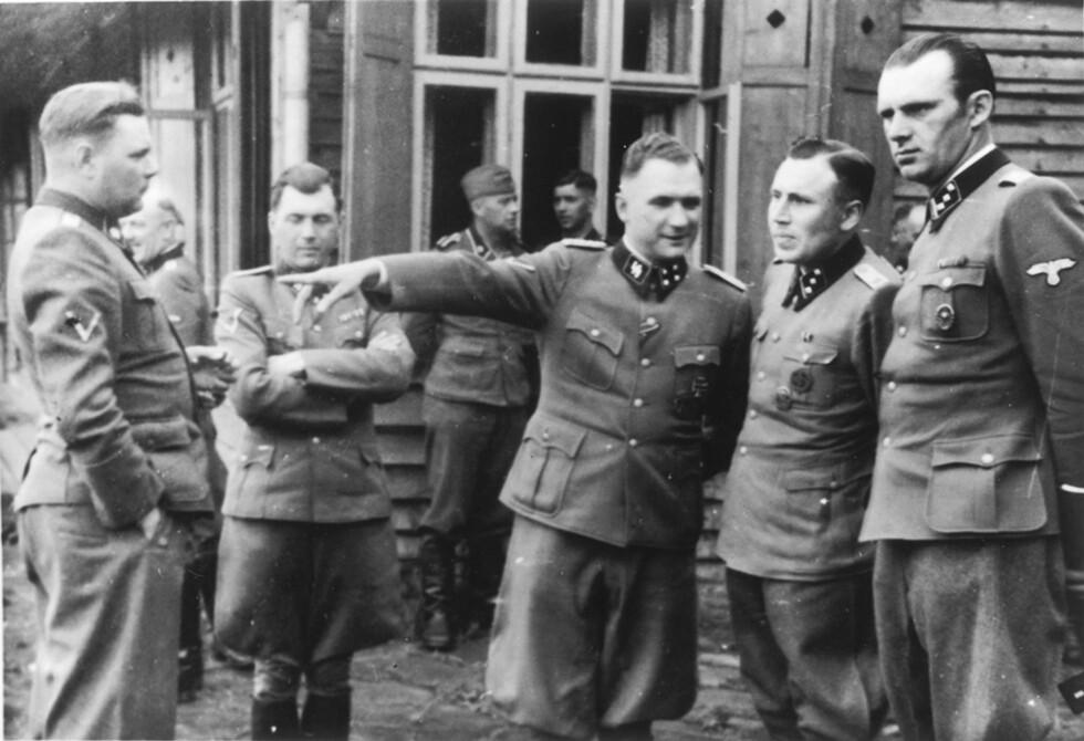 MEKTIGE MENN: Dette bildet er ett av 116 fotografier fra «The Höcker Album». Fra venstre: Bergen-Belsen-kommandant Josef Kramer, doktor Josef Mengele, Auschwitz-kommandant Richard Baer, SS-kommandant Karl-Friedrich Höcker og en ukjent SS-soldat til høyre.  Foto: NTB Scanpix