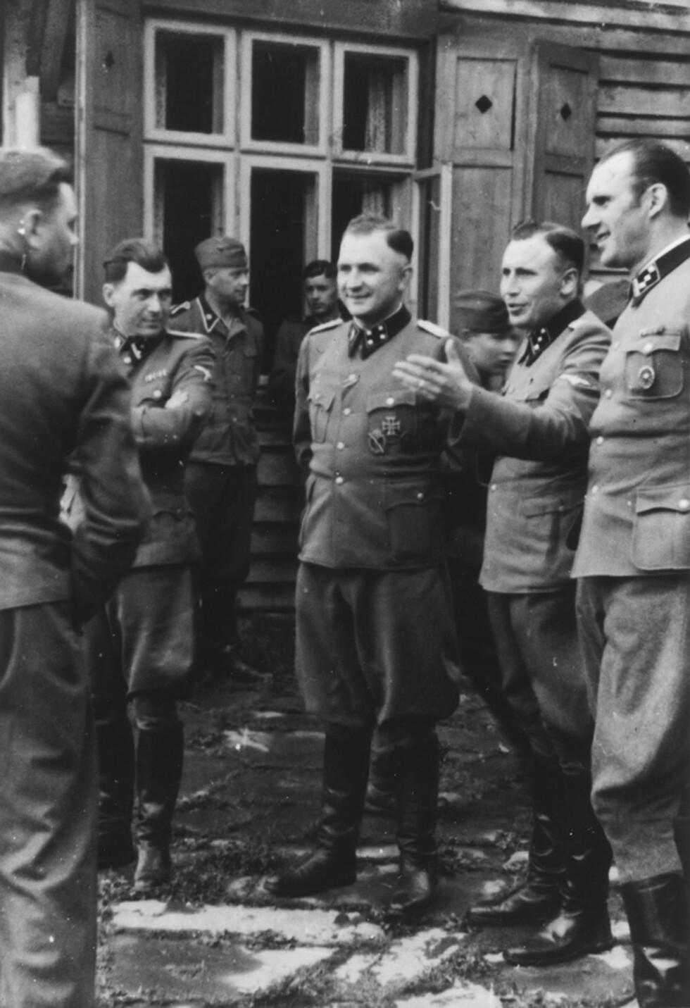 GOD STEMNING: Man antar at bildeserien er bestilt av SS-kommandant Karl-Friedrich Höcker (nr.2 fra h.) ettersom han er med på flest bilder og også er avbildet alene.  Foto: NTB Scanpix