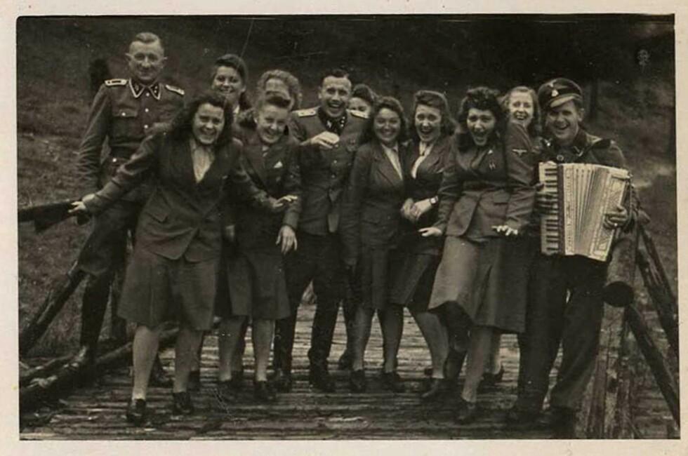 LYSTIG LAG: Dette bildet er tatt 22. juni 1944 og finnes i The Höcker Album. Her har Karl-Friedrich Höcker (midten) tatt med en gjeng kvinnelige SS-hjelpere (Helferinnen) på en dagstur til Solahütte, en kort kjøretur fra Auschwitz. Her kunne SS-folket ta en time out og hygge seg i naturskjønne omgivelser mens helvetet foregikk rundt 30 kilometer unna i konsentrasjonsleiren Auschwitz. Foto: NTB Scanpix