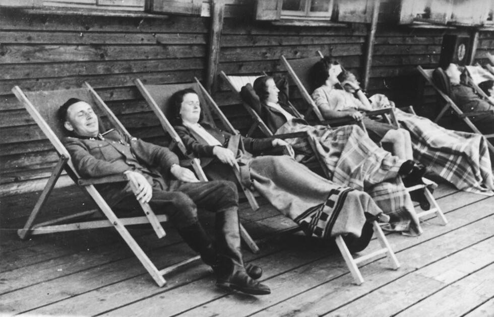 TIME OUT: Også dette bildet er fra The Höcker Album, og er tatt 22.  juni 1944. Karl-Friedrich Höcker slikker sol med utvalgte SS-Helferinnen under en dagstur til Solahütte. Foto: NTB Scanpix