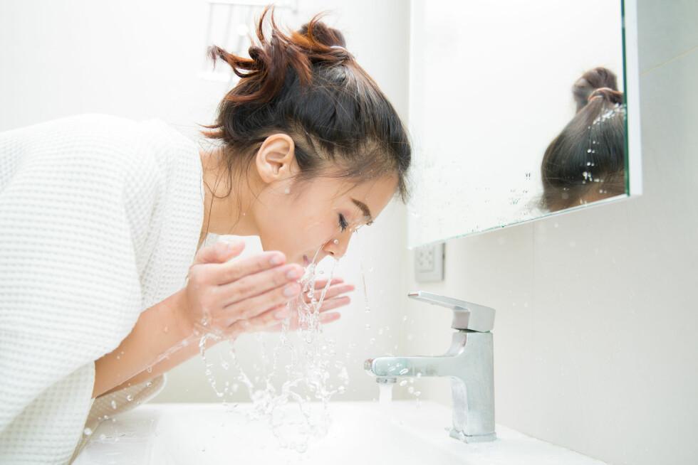 VIKTIG: Akkurat det å vaske bort sminke er noe du bør gjøre hver kveld! Foto: Scanpix