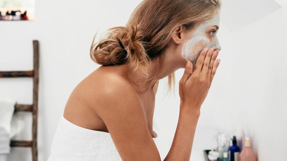 SOVE MED SMINKE: Dette er noe du absolutt ikke bør gjøre. Sørg for å rense huden godt både morgen og kveld! Foto: Shutterstock / Jacob Lund