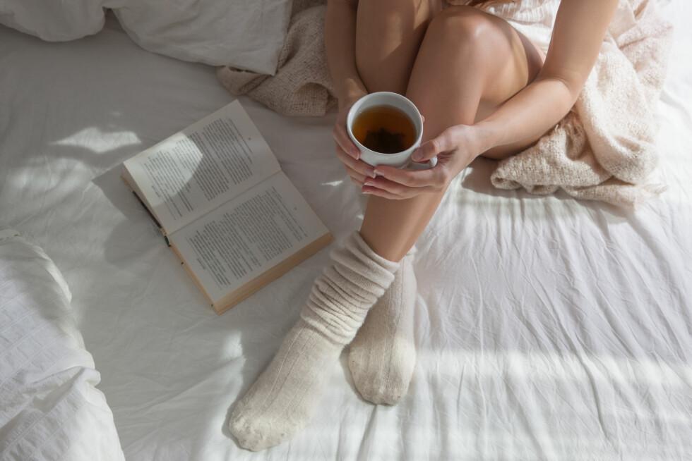 UNNGÅ KOFFEIN: Det kan være lurt å unngå koffein, alkohol og tobakk sent på kvelden for å unngå mareritt.  Foto: Shutterstock / Julia Luzgareva