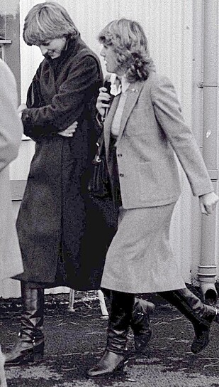 I SAMME OMGANGSKRETS: Dette bildet er tatt 24. oktober 1980 - ni måneder for Charles og Diana giftet seg. Bildet viser Diana og Camilla (t.h.) på vei ut av Ludlow racecourse, etter å ha deltatt på et ridemøte sammen. Foto: NTB Scanpix