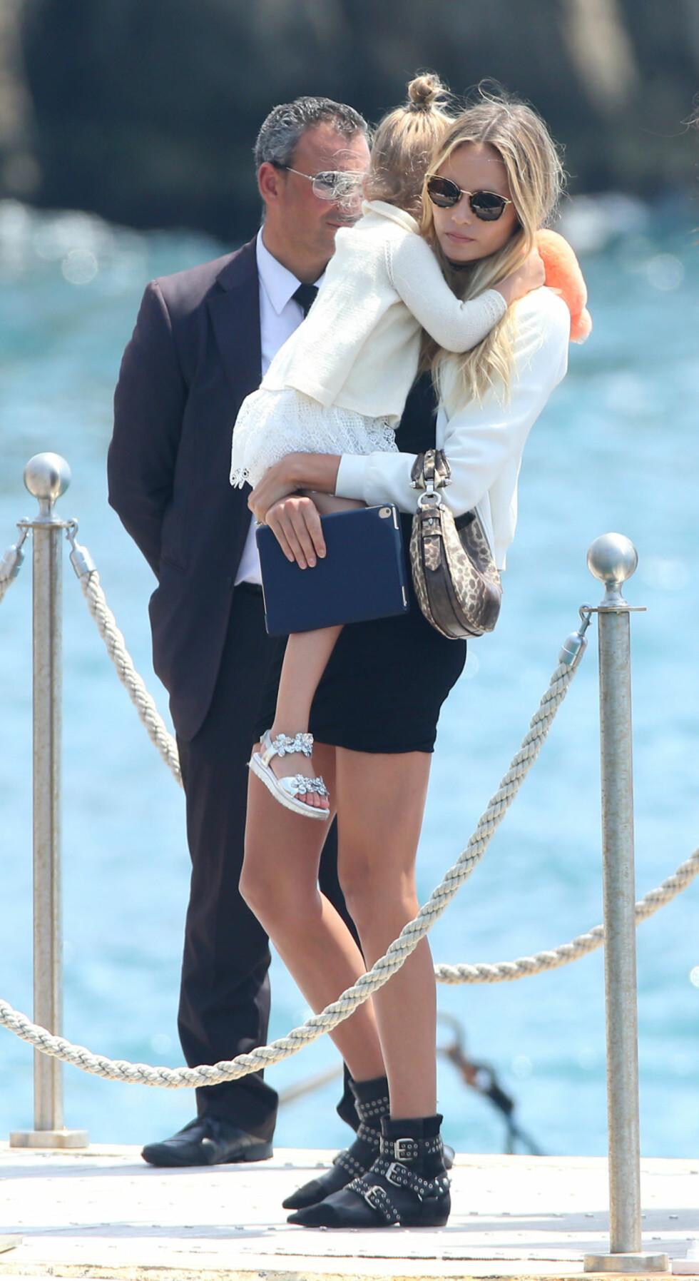 Natasha Poly og datteren Aleksandra Christina Bakker ankommer Hotel Du Cap Eden Roc i Antibes, Frankrike Foto: Splash News