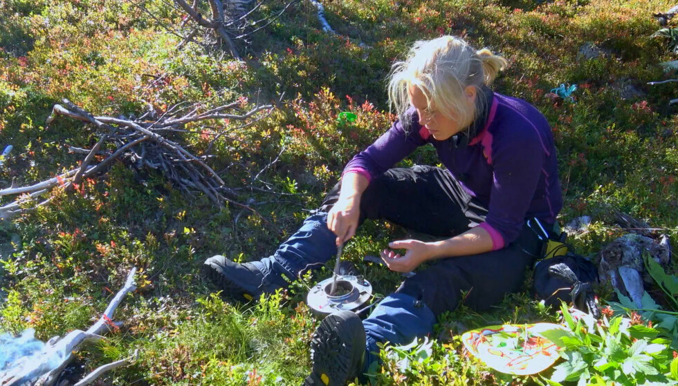 KREATIV I MATVEIEN: Her lager Maren Werner fra Moss selvsanket mat. Hun avla førstegangstjenesten i Kavalerieskvadronen på Skjold i Indre Troms, og har tatt med seg erfaringen fra oppholdet i reality-serien. Foto: TV 2