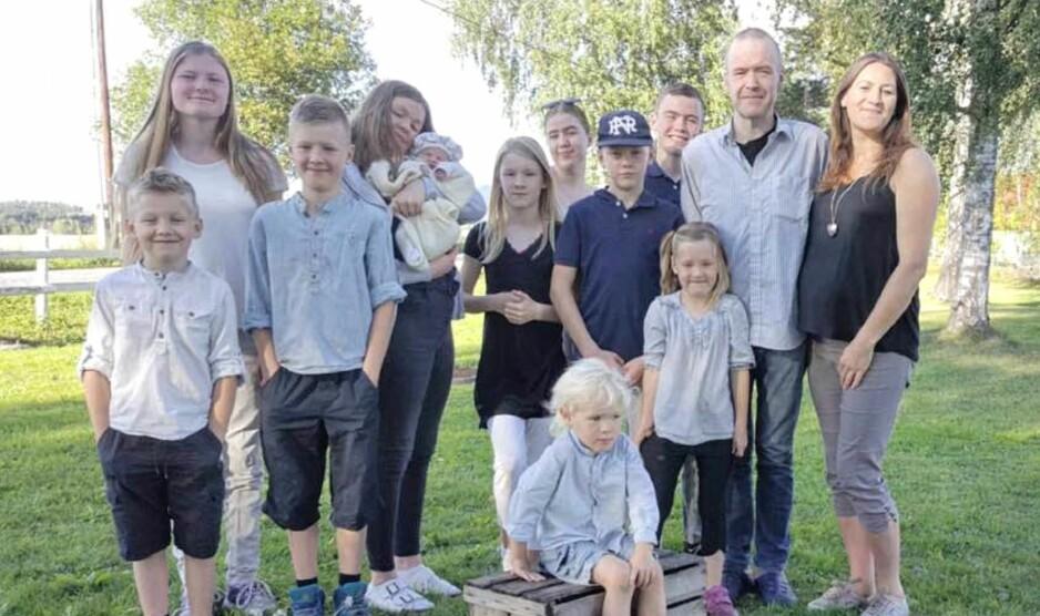 STORFAMILIE: Caroline Mikaela (19), Rebekka Danielle (18), Miriam Mariell (16), Ruben Natanael (14), Joachim Leonard (12), Emilie Linnea (11), William Leander (9), Aron Nikolai (7), Leah Othelia (5) og Benjamin Jeremy (3) er alle stolte storesøsken til sin nye lillesøster som bare er en uke gammel. Foto: Privat.