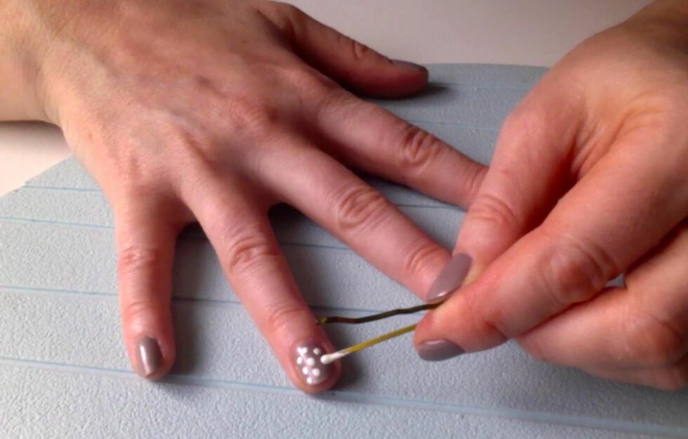 PRIKK, PRIKK, PRIKK: Bruk hårnåla til å lage polkadotnegler selv. Foto: Aina Kristiansen