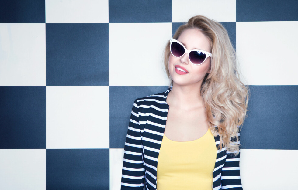 KJØL NED TONEN: Kaldt, blondt hår er superlekkert, men kan fort bli varmt av for eksempel kopperrester fra rørene i vannet, fra klorvann eller fra sola. For å holde tonen kjølig, kan du bruke en farget sjampo med pigmenter som motvirker de varme tonene.  Foto: NinaMalyna - Fotolia