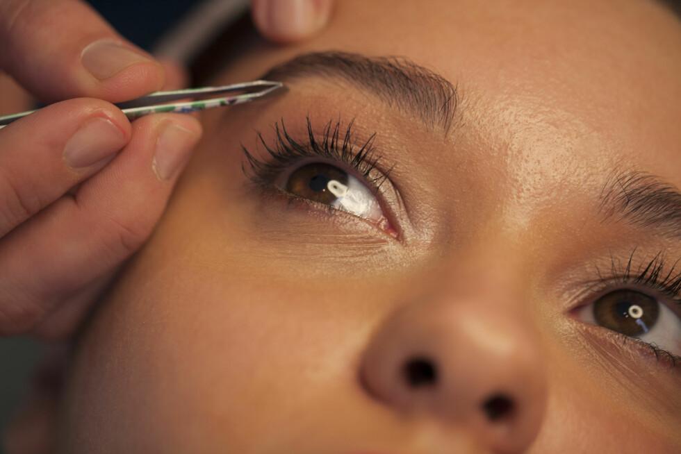 VOKSER UT: Selv om du har overnappede øyenbryn vil hårene som regel vokse ut igjen etter en stund, med mindre du har skadet hårsekkene. Foto: brainsil - Fotolia