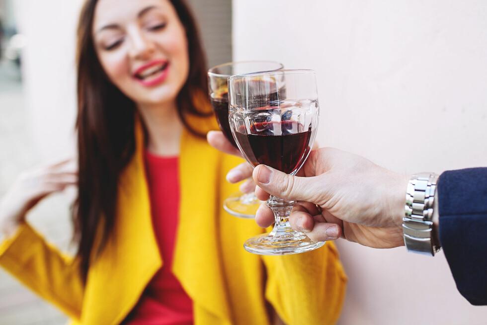RØDVIN: I de dagene mens blekeprosessen er i gang gjør du lurt i å holde deg unna mat og drikke med sterke farger for å unngå ny misfarging. Foto: katie_martynova - Fotolia