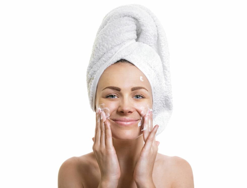 GODE RUTINER: Sørg for å tilpasse hudpleierutinene dine til hverdagen din. Sitter du mye foran en skjerm i et tørt kontorlandskap, bør du rense huden godt om morgenen, bruke et fuktighetsgivende serum og en ekstra rik dagkrem. Jevnlig eksfoliering vil også bidra til å fjerne døde hudceller og gi de andre produktene økt effekt, forklarer ekspertene. Foto: Alen-D - Fotolia