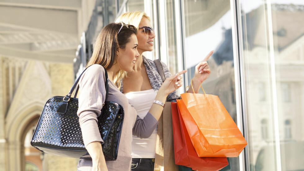 PASSER VI INN HER?: Det er ikke uten grunn at personalet i luksusbutikkene kan oppføre seg litt overlegent.  Foto: djile - Fotolia