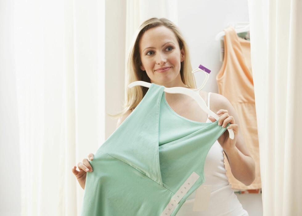 <strong>SJEKK I PRØVEROMMET:</strong> Et godt tips kan være å sjekke om kjolen er gjennomsiktig når du står i prøverommet. Foto: micro10x - Fotolia