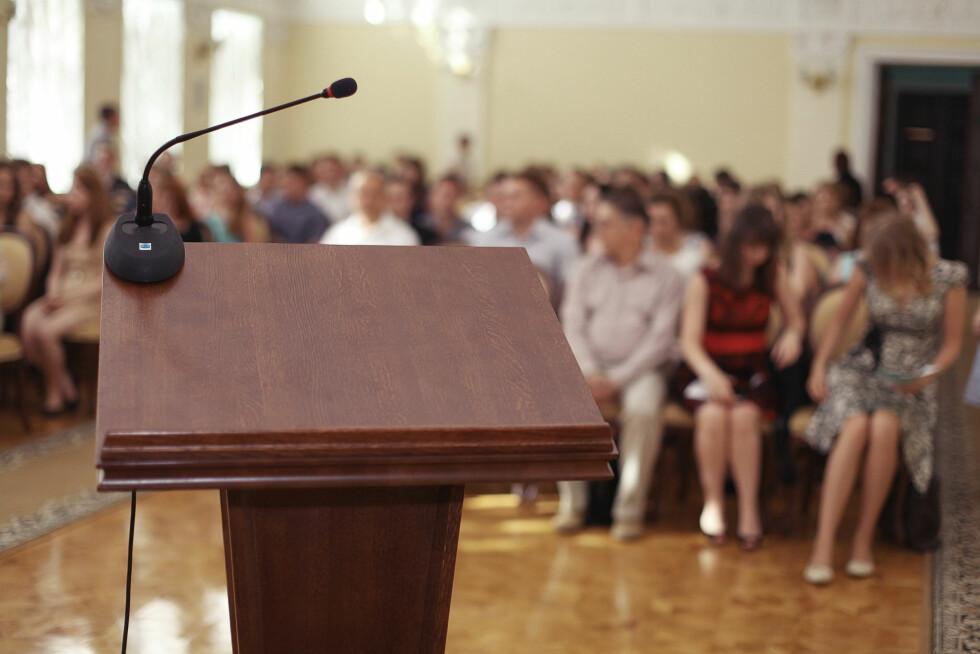 HJELP: En mikrofon og en sal full av mennesker kan utvilsomt være nervepirrende. Foto: kichigin19 - Fotolia