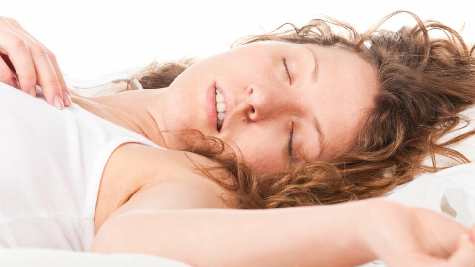 SNORK: Det er slett ikke bare menn som snorker om natten! Men vet du hva det skyldes? Foto: Sergey Peterman - Fotolia