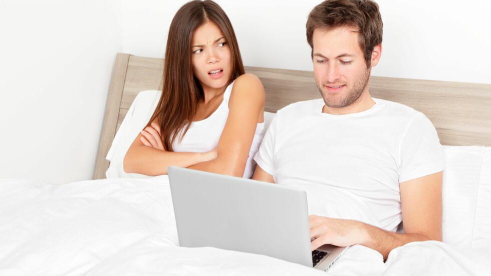 KIKKER PÅ DAMER: Det kan være sårende å vite at partneren din kikker på andre damer på Facebook eller andre sosiale medier.  Hva skal man gjøre i en slik situasjon?  Foto: Maridav - Fotolia