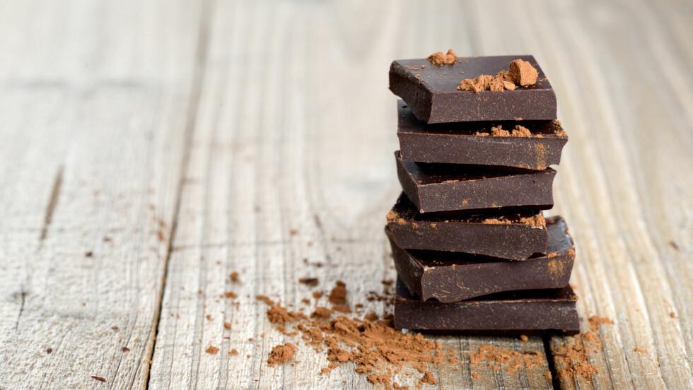 SUNT MED SJOKOLADE?: Kakaoen i sjokolade har en rekke helsegevinster, men man finner også de samme næringsstoffene i løk, grønnkål, epler, brokkoli, bær, druer og sitrusfrukter. Foto: Scanpix
