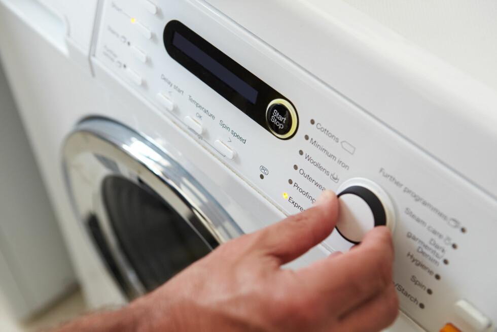 VASKEMASKIN: I enkelte tilfeller kan det være at du kan finne et vaskeprogram du kan bruke - da bør det være et som er ekstra sensitivt og har lav sentrifugering. Foto: Monkey Business - Fotolia