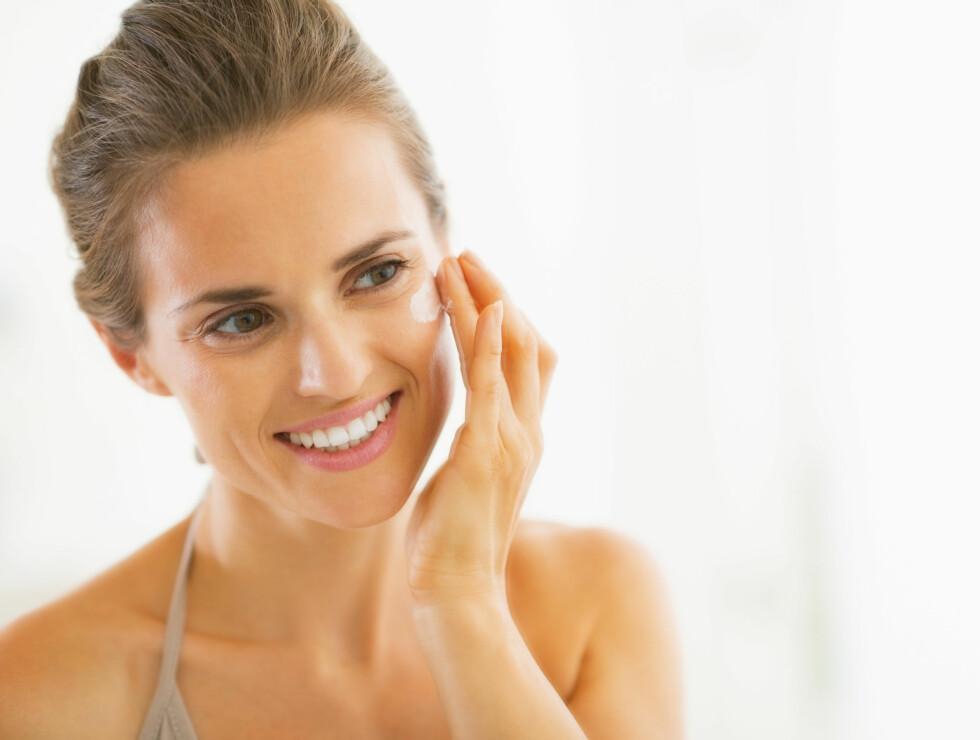 <strong>DAG- OG NATTKREM:</strong> Du bør bruke en egen nattkrem da enkelte dagkremer inneholder ingredienser som kan irritere huden om natten.  Foto: Alliance - Fotolia