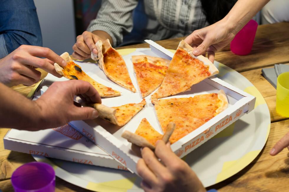 <strong>MYE USUNT:</strong> Å spise lite gjennom hele dagen kan ofte føre til at vi vil ha mye usunt på kvelden.  Foto: Rido - Fotolia