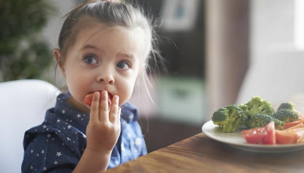 VEGETARIANER: Det er viktig å passe på at barnet får i seg alle næringsstoffene det trenger. FOTO: NTB Scanpix