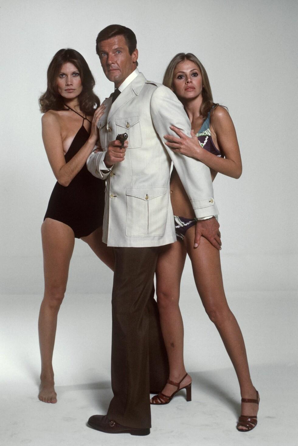 BOND-BABE: Britt Ekland (t.h.) spilte mot Roger Moore i filmen The Man With The Golden Gun fra 1973.