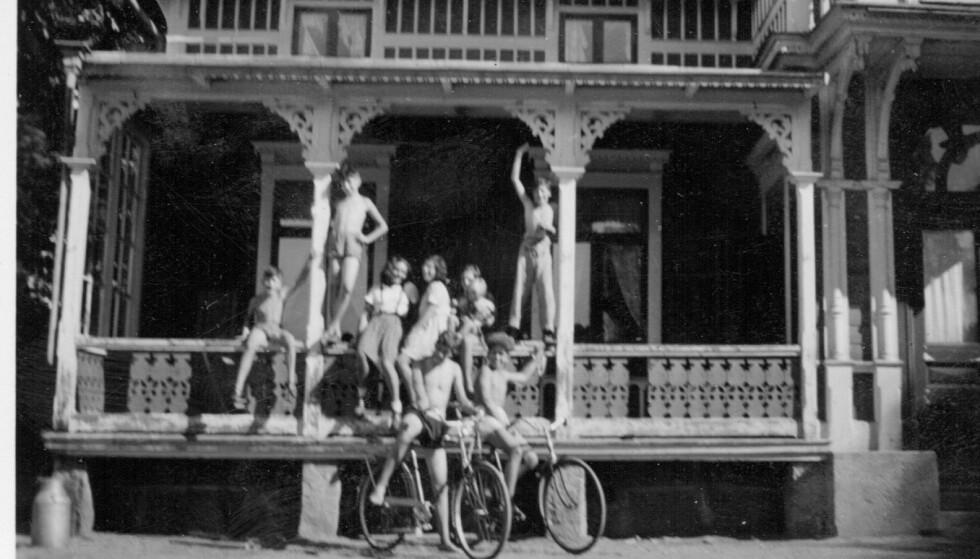I TRYGGHET: Noen av barna som Nina Meyer reddet under andre verdenskrig utenfor huset i Alingsås i Sverige. Foto: Privat foto i Nina Grünfelds eie.