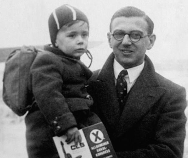 REDNINGSAKSJON: Bankmannen Nicholas Winton sammen med en ukjent guttunge i forbindelse med redningsaksjonen. Foto: NTB Scanpix