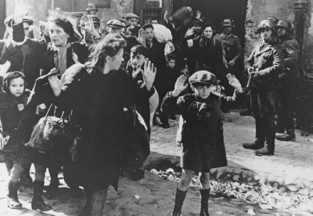 IKONISK BILDE: Et sterkt symbol på nazistenes barbariske handlinger. Denne lille gutten var tvunget til å bo i den jødiske ghettoen i Warszawa, hvor nazistene ikke viste dem noen nåde. Det var i denne ghettoen at sykepleier Irena Sendler fikk reddet flere tusen jødiske barn fra den tragiske skjebnen som ventet dem. Foto: NTB Scanpix