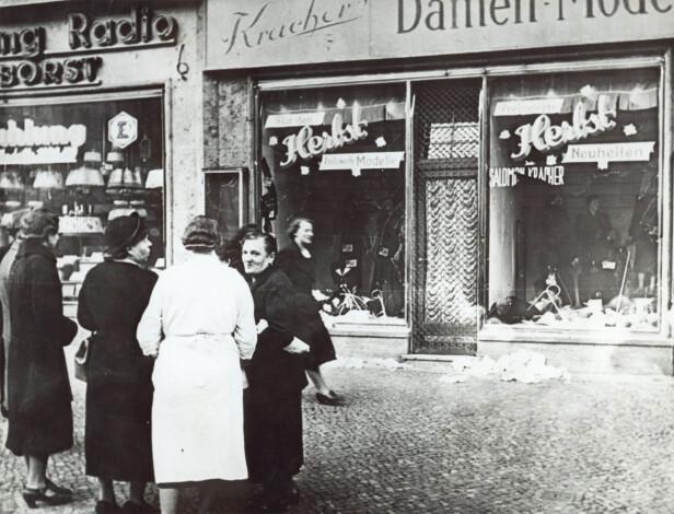 KRYSTALLNATTEN: Natt til 9. og 10. november ble 91 jøder drept og mer enn 1000 synagoger ødelagt i Tyskland og Østerrike som følge av nazistenes omfattende pogromer mot jødene. Dette bildet er tatt utenfor en butikk eid av en jødisk familie i Tyskland. Butikkvinduer ble knust og mange fikk også ordet «jøde» skrevet på vinduene slik at folk skulle se hvilke butikker de ikke skulle gå inn i. Foto: NTB Scanpix