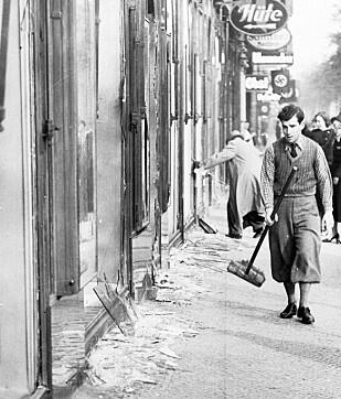 DAGEN DERPÅ: For denne tysk-jødiske forretningsmannen var 10. november 1938 en svært tung dag. Da måtte han koste opp alt glasset fra herjingene dagen før - som i ettertid er blitt betegnet som Krystallnatten. Foto: NTB Scanpix