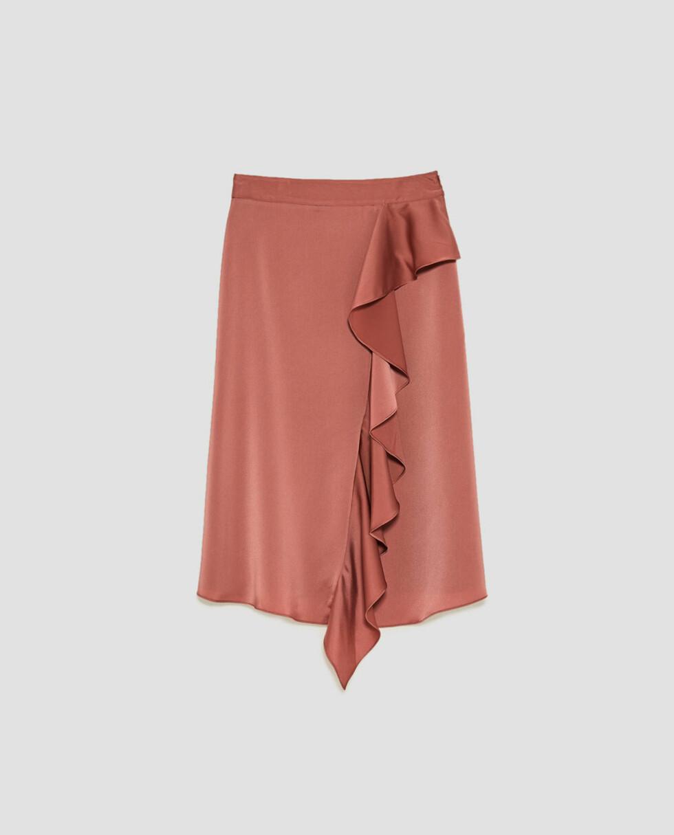 Skjørt fra Zara |399,-|https://www.zara.com/no/no/dame/skj%C3%B8rt/midi/skj%C3%B8rt-i-sateng-med-volang-c498016p5006537.html