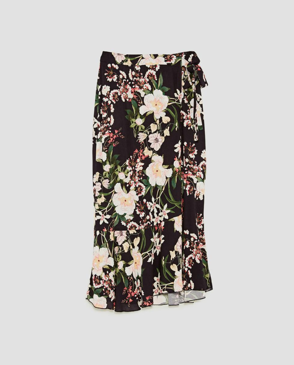 Omslagsskjørt fra Zara |399,-|https://www.zara.com/no/no/dame/skj%C3%B8rt/midi/m%C3%B8nstret-omslagsskj%C3%B8rt-c498016p5045026.html