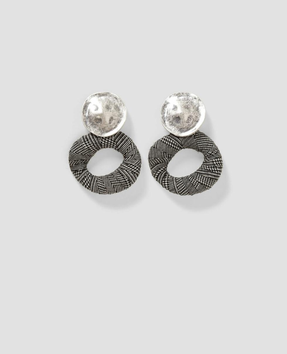 Øredobber fra Zara |99,-| https://www.zara.com/no/no/dame/accessories/smykker/kombinerte-%C3%B8reringer-med-ruter-c499007p4755073.html