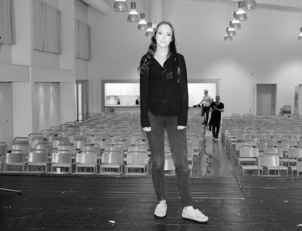 ANTREKKET: Under et foredrag i Lærdal var Andrea Voll Voldum ikledd klærne hun hadde på seg den kvelden hun ble utsatt for det hun beskriver som grove overgrep i en campingvogn i Hemsedal. Foto: Hanne Stedje/Sogn Avis (gjengitt med tillatelse)