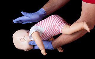 Oppfordring fra mamma: - Lær dere førstehjelp, det er skremmende å se hvor lite som egentlig skal til før et barn blir kvalt!