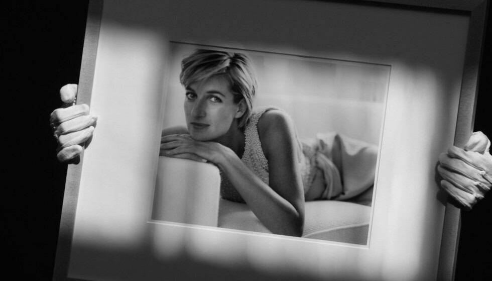 FOR MARIO TESTINO: I 1997 poserte Diana for den anerkjente motefotografen Mario Testino. Bildene var egentlig planlagt publisert i en fotoserie for Vanity Fair. Dette bildet er tatt under en auksjon ved Christie's auction house i London i 2010. Da ble det estimert at fotografiet hadde en verdi på rundt 22 000 pund. Foto: NTB