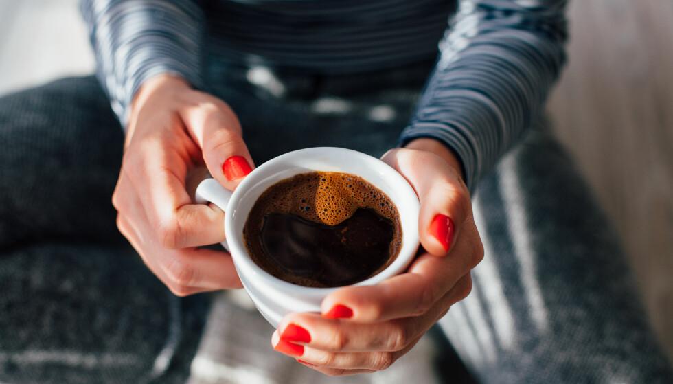 KAN GI HODEPINE: En deilig kopp kaffe er et must for mange på morgenkvisten, og kanskje igjen et par ganger i løpet av arbeidsdagen. Men for mye kaffe kan gi abstinenser i form av hodepine. FOTO: Scanpix.com