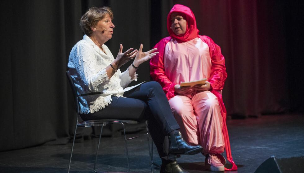 KLITORIS: Komiker Else Kåss Furuseth, som var konferansier under Skamløsdagen, hadde fått i oppdrag å kle seg ut som en klitoris. Her i samtale med Oslo-ordfører Marianne Borgen. Foto: NTB Scanpix
