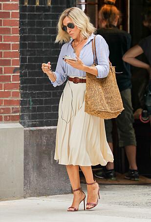 STILIKON: Sarah Jessica Parker spilte Carrie Bradshaw i den populære TV-serien Sex og singelliv, og er kjent for å gå i skyhøye hæler til (nesten) en hver anledning. Her er hun fotografert i New York under et opptak. Foto: NTB Scanpix