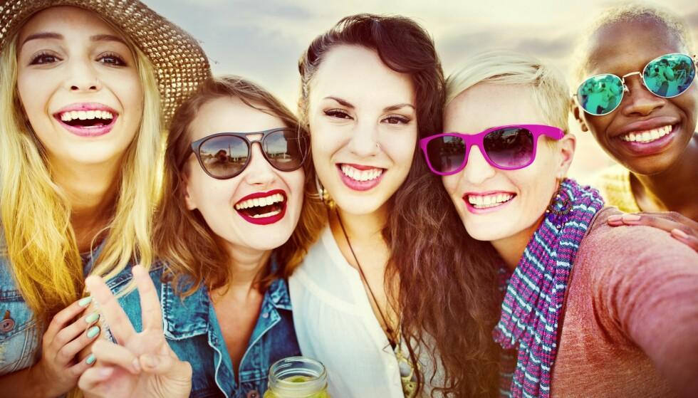 SMIL TIL VERDEN: Og verden smiler faktisk tilbake. Positive mennesker blir nemlig oftere møtt på en mer positiv måte enn pessimistiske mennesker. Foto: Scanpix.no.